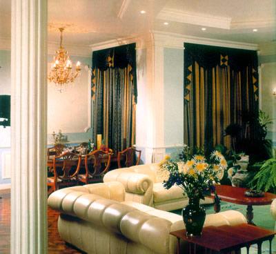 Эта гостиная выполнена в строгом классическом стиле,она задает...