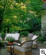 Терраса выходит примо в сад.  Однако дверь сюда находится в той части дома, что не предназначена для глаз гостей.